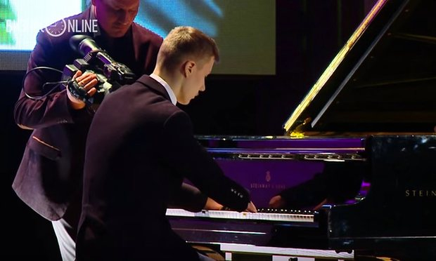 Russian teenager born with no fingers becomes celebrated piano player